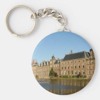 Edificios holandeses del parlamento reflejados en  llavero redondo tipo pin