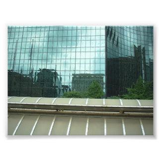 Edificios reflejados sobre el subterráneo de Chica Cojinete