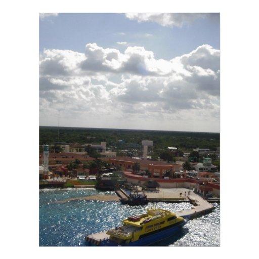 Edificios y barco en la playa plantilla de membrete
