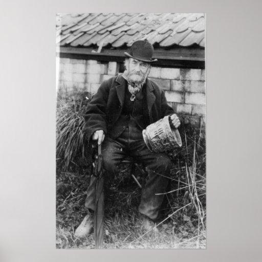 Edward Bingham que sostiene uno de su castillo Póster