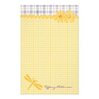 Efectos de escritorio amarillos bonitos del person papelería de diseño