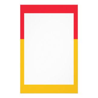 Efectos de escritorio amarillos cardinales y de or papelería personalizada