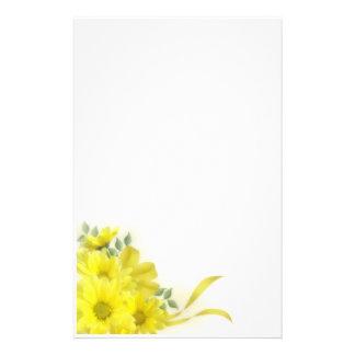 Efectos de escritorio amarillos de las margaritas  papeleria de diseño
