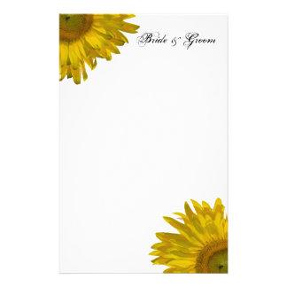 Efectos de escritorio amarillos del boda del giras papelería