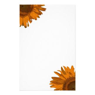 Efectos de escritorio anaranjados de la flor del a papeleria