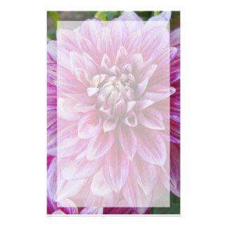 Efectos de escritorio--Dalia rosada con la fronter Papelería De Diseño