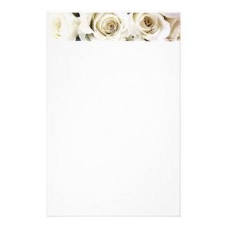 Efectos de escritorio de los rosas blancos papelería