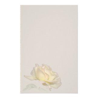 Efectos de escritorio del rosa amarillo papeleria personalizada