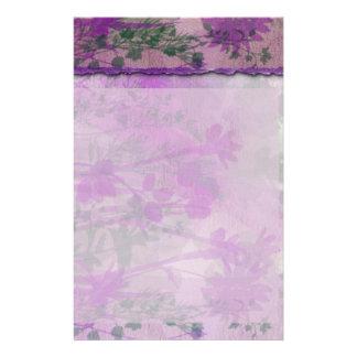 Efectos de escritorio florales púrpuras papeleria