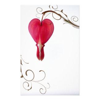 Efectos de escritorio rojos del boda del corazón papelería
