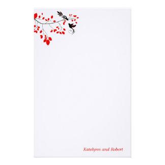 Efectos de escritorio románticos rojos del boda papelería de diseño