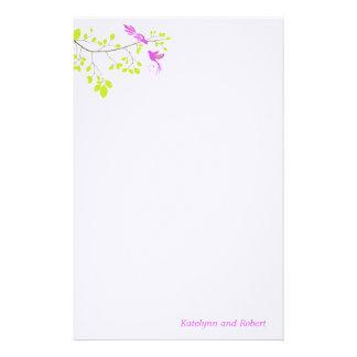 Efectos de escritorio románticos violetas del boda papelería