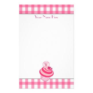 Efectos de escritorio rosados de la magdalena de papelería