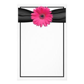 Efectos de escritorio rosados de la margarita del papeleria personalizada