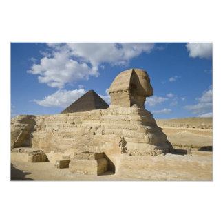 Egipto, Giza. El gran Sphynx sube sobre los 2 Fotografías