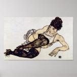 Egon Schiele - mujer con las medias verdes Poster