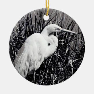 Egret blanco en el bw de las cañas ornamento para reyes magos