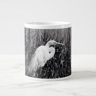Egret blanco en el bw de las cañas taza grande