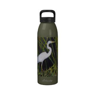 Egret blanco en pájaro que vadea de la garza del botella de agua reutilizable