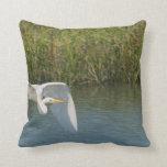 Egret blanco que vuela sobre hierba del agua cojin