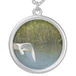 Egret blanco que vuela sobre hierba del agua joyería