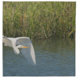 Egret blanco que vuela sobre hierba del agua servilleta