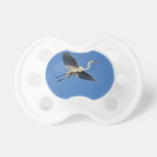 Egret del vuelo con la ramita chupetes