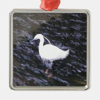 Egret en el río fluído adorno navideño cuadrado de metal