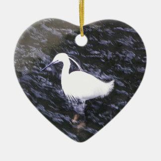 Egret en el río fluído adorno navideño de cerámica en forma de corazón