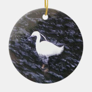 Egret en el río fluído adorno navideño redondo de cerámica
