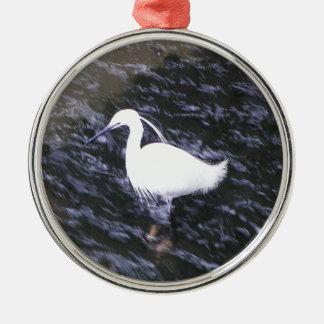 Egret en el río fluído adorno navideño redondo de metal