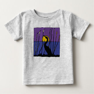 Egret entre camiseta del bebé de las cañas playeras