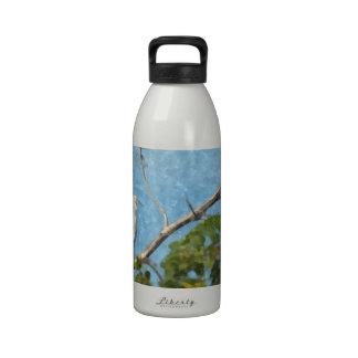 Egret nevado en árbol botella de agua