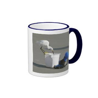 Egret nevado en un cubo del cebo taza de dos colores