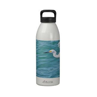 Egret nevado en vuelo botellas de agua reutilizables