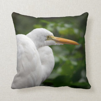 Egret que parece derecho contra pájaro verde de c cojín decorativo