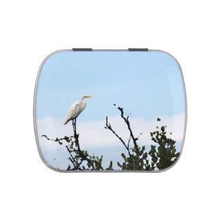 egret que se coloca en la pintura del árbol frascos de caramelos