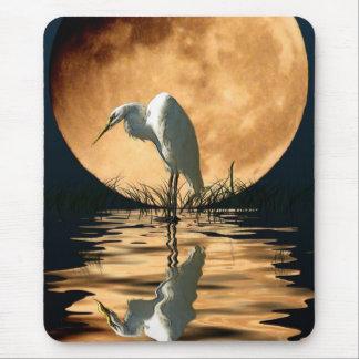 Egret y una luna de oro tapetes de ratón