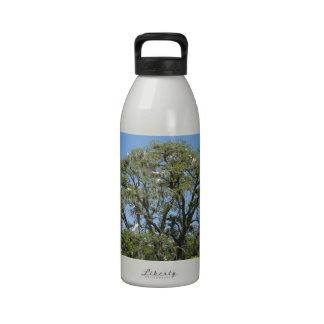Egrets en una botella de la libertad del árbol botella de agua