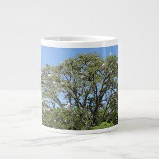 Egrets en una taza de la especialidad del árbol taza grande