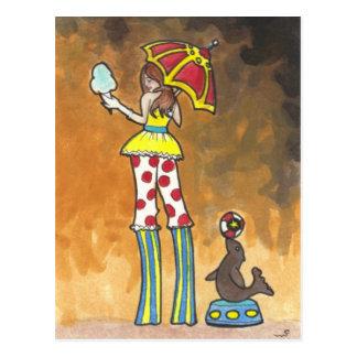 Ejecutante de circo en los zancos con arte de la postal