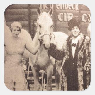 Ejecutantes de circo y caballos blancos pegatina cuadrada