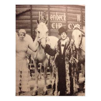 Ejecutantes de circo y caballos blancos postal