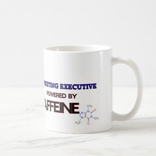 Ejecutivo de marketing accionado por el cafeína taza