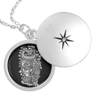Ejemplo blanco y negro del búho del estilo del tat medallones