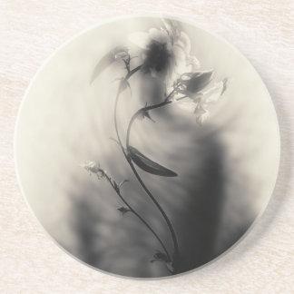 Ejemplo blanco y negro del misterio de la flor posavasos personalizados