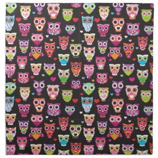 Ejemplo colorido lindo del modelo del búho servilleta imprimida