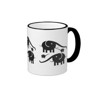 Ejemplo de cuero negro del elefante de la mirada taza de café