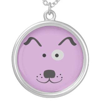 Ejemplo de la cara del perro del dibujo animado collar plateado