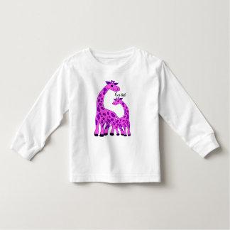Ejemplo de la jirafa en color rosado remera